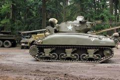 发动引擎的谢尔曼坦克 图库摄影