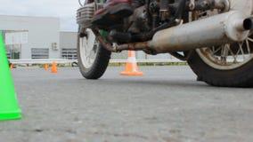 发动摩托车从发射台 影视素材