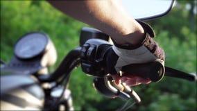 发动摩托车加速手接近  女性白种人骑自行车的人转弯打开在把手控制的节流孔 股票录像