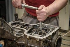 发动机修理在车间 免版税库存照片