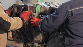 发动机装配指南 柴油卡车引擎装配  影视素材