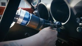 发动汽车的人的手插入键 免版税图库摄影