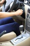 发动汽车的司机 免版税库存照片