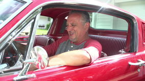 发动被恢复的经典汽车的引擎退休的老人 股票录像