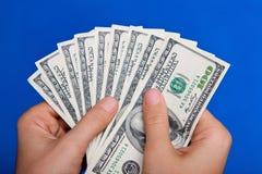 发单拿着货币的美元现有量我们 免版税图库摄影