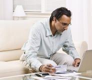 发单膝上型计算机人支付 免版税库存照片