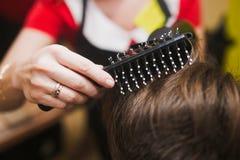头发和刷子 免版税库存照片