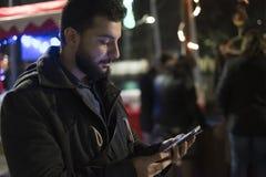 发和看起来社会网络消息的人 免版税图库摄影