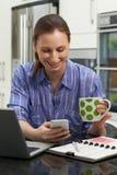 发在手机的女性自由职业者的工作者正文消息  库存照片