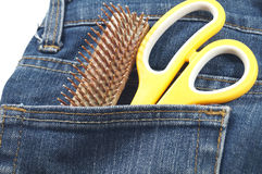 头发在斜纹布的口袋的裁减工具 免版税库存图片