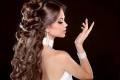 发型。长的头发。魅力时尚Beautifu妇女画象  图库摄影