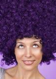 发型滑稽的头发快乐的妇女 免版税库存图片
