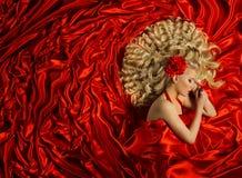 发型,妇女卷曲发型,时装模特儿卷毛头发,红色 库存图片