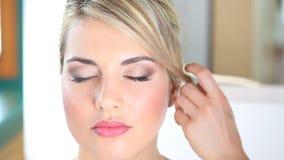 发型,工作的美发师的手使用在客户的头发的喷发剂在沙龙 股票录像