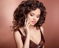 发型 长期美丽的卷曲女孩头发 深色的妇女w 免版税库存照片