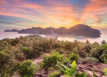 发埃发埃海岛鸟瞰图在紫色日落期间的 免版税库存照片