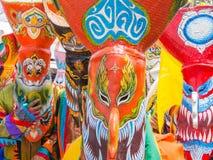 发埃Ta Khon节日的五颜六色的鬼魂面具执行者, Loei,泰国 免版税库存照片