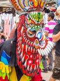 发埃Ta Kon节日的五颜六色的鬼魂面具执行者, Loei,泰国 库存照片
