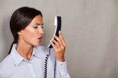直发夫人讲话与电话 免版税库存图片