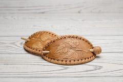 发夹由手工制造的白桦树皮制成在轻的背景 图库摄影
