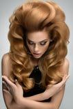 头发容量 美丽的金发碧眼的女人画象有长的波浪发的 免版税库存照片