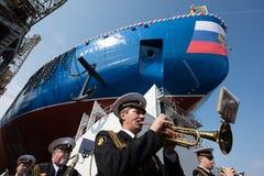 发射了最大的坚硬核破冰船 免版税库存照片