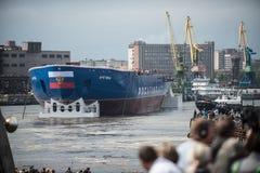 发射了最大的坚硬核破冰船 免版税库存图片