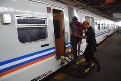 发射最长的Tawang Jaya火车到雅加达 库存图片