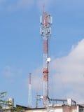 发射机和多孔的塔在屋顶上面 免版税库存图片