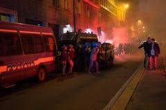 发射烟筒的示威者在土耳其领事馆前面维持治安在米兰,意大利 库存图片