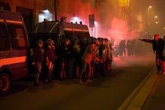 发射烟筒的示威者在土耳其领事馆前面维持治安在米兰,意大利 免版税库存照片