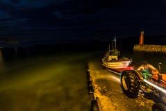 发射skiboat在黎明前 免版税库存图片