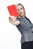 发布一个红牌的可爱的妇女 免版税库存照片