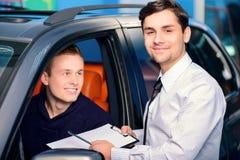 发布出租命令的销售主任客户 库存照片