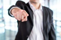 发布命令或解雇雇员的上司 强大的商人 免版税库存图片