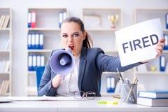 发布终止通知的恼怒的女实业家 图库摄影