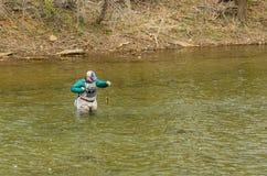 发布鳟鱼的渔夫回到罗阿诺克河,弗吉尼亚,美国- 2 免版税库存照片