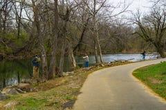 发布鳟鱼的渔夫回到罗阿诺克河,弗吉尼亚,美国- 3 库存照片
