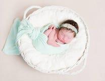 发带的小睡甜的女孩, topview 免版税库存照片