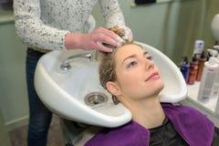 发廊的少妇喜欢洗头发 免版税库存照片