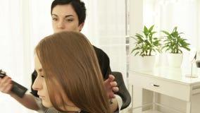 发式专家感人的女性头发和喷洒的水在切开在理发沙龙前 在秀丽的女性发型 股票视频