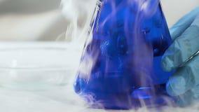 发怒在液体,在酸的溶化的过程的干冰的印象深刻的反应 股票视频