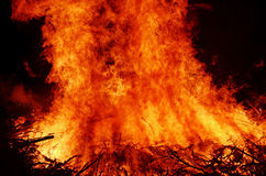 发怒的热的篝火橙红在晚上发火焰 库存照片