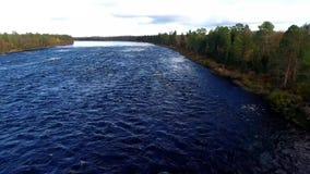 发怒的蓝色水流量 斯堪的那维亚在秋天 4K决议 股票录像