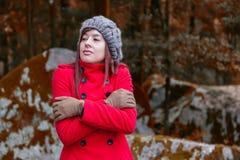 发抖与寒冷和拥抱的少妇 免版税图库摄影