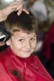 头发梳妆台的小男孩 免版税库存图片