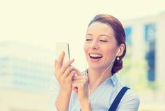 发正文消息的女商人从流动智能手机 免版税库存图片