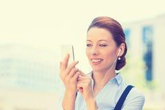 发正文消息的女商人从流动智能手机 库存图片