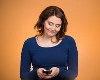 发正文消息的妇女从她的电话 库存照片