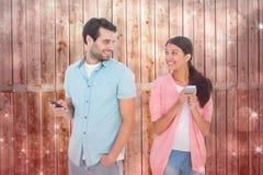 发正文消息的愉快的夫妇的综合图象 库存图片